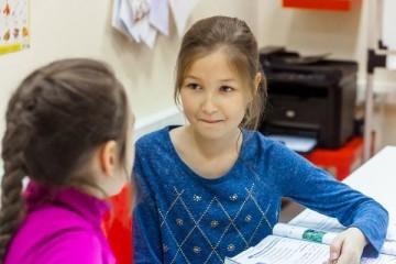 девочки на уроке английского языка
