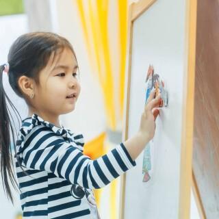 ✨✨✨✨✨✨✨✨✨✨✨✨✨ Студия INЯЗ принимает деток от 7 лет по всем языковым направлениям!🇪🇦🇫🇷🇬🇧🇨🇮🇩🇪🇮🇩🇯🇵 🎈🎈🎈Однако, следуя золотому правилу раннего билингвизма, почти 3 года назад мы открыли дошкольное отделение, куда с радостью берём деток с любой подготовкой от 2 лет! ❤️🤗 Дошкольное отделение студии INЯЗ называется ✨ Smart Kids✨@smartkids.klg ❤️❤️❤️и помогает деткам 2, 3, 4, 5, 6- летнего возраста (группа согласно возрасту и уровню) освоить, да! именно освоить иностранные языки.🙏🏼 В арсенале @smartkids.klg ✨ три языковых направления: 🇬🇧 Английский язык 2+ и старше 🇪🇦 Испанский язык 4+ и старше 🇫🇷 Французский язык 4+ и старше Мы с радостью ответим на все ваши вопросы по телефону ☎️ 507733 и пригласим вас на бесплатное пробное занятие.✅